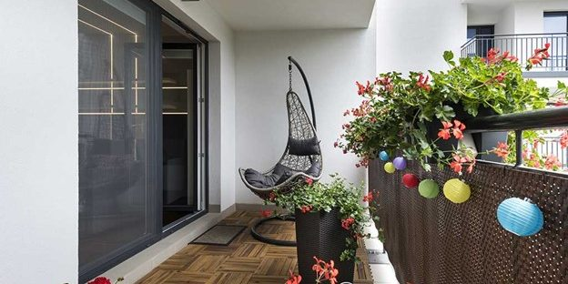 shows how even a space as small as a balcony can have a unique and comfortable outdoor feel.